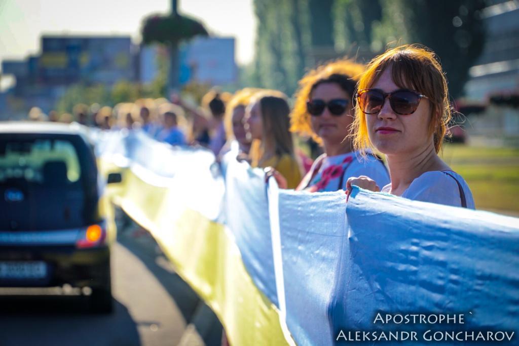 В Киеве развернули самый длинный флаг в истории Украины: опубликованы яркие фото, фото-3