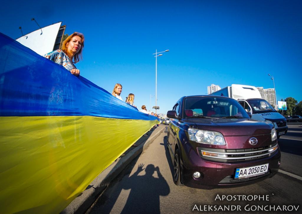 В Киеве развернули самый длинный флаг в истории Украины: опубликованы яркие фото, фото-4