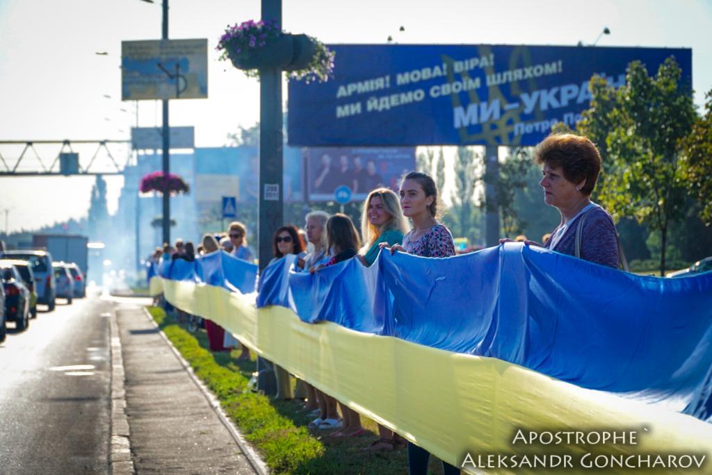 В Киеве развернули самый длинный флаг в истории Украины: опубликованы яркие фото, фото-5