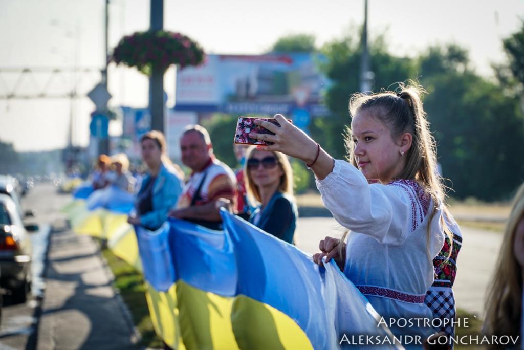 В Киеве развернули самый длинный флаг в истории Украины: опубликованы яркие фото, фото-7
