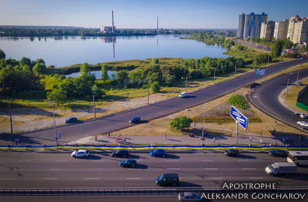 В Киеве развернули самый длинный флаг в истории Украины: опубликованы яркие фото, фото-2