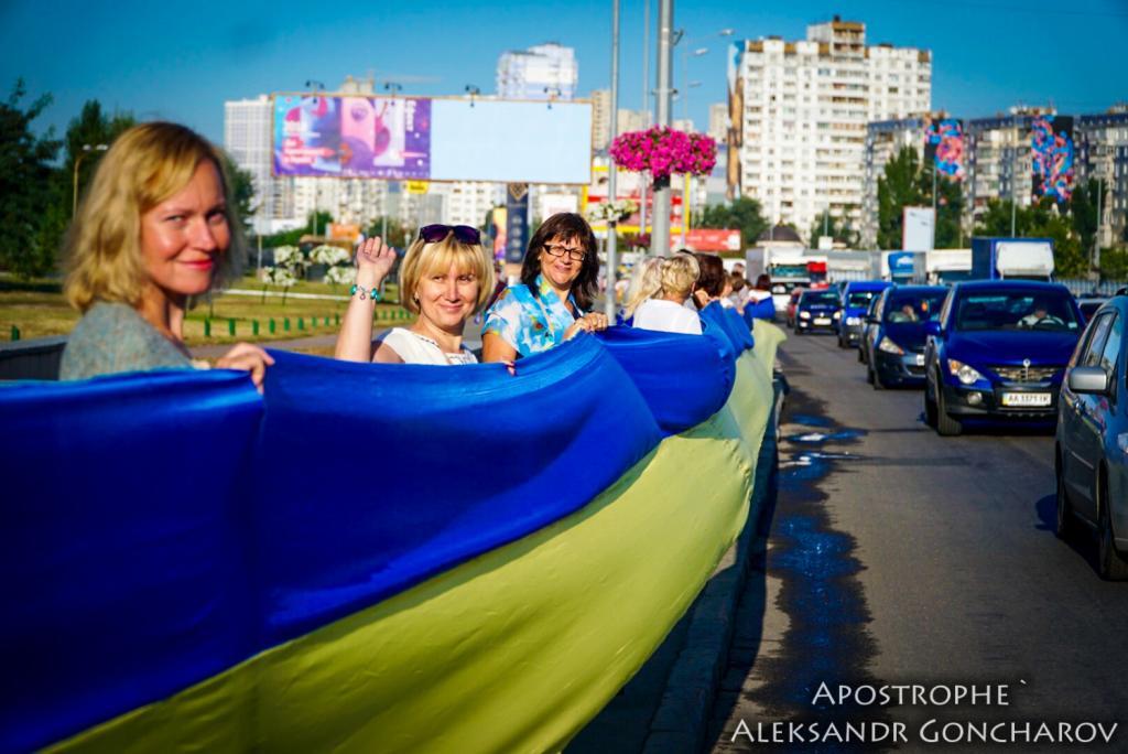 В Киеве развернули самый длинный флаг в истории Украины: опубликованы яркие фото, фото-8