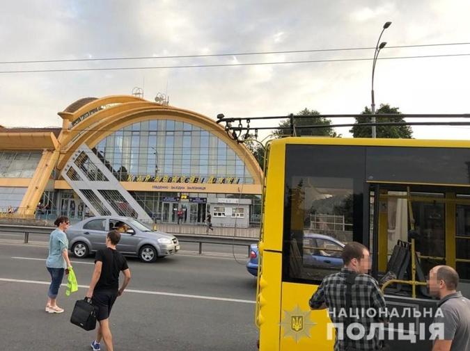 В киевском троллейбусе мужчина открыл стрельбу: появились фото, фото-2