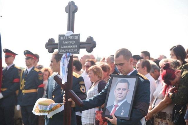 Коленопреклоненный Залдостанов и искусственный газон на кладбище — новые снимки с похорон Захарченко, фото-6
