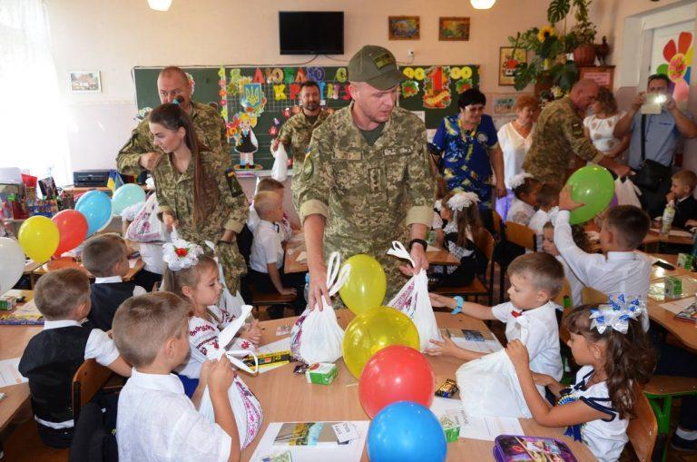 Украинские военные поздравили школьников в прифронтовых населенных пунктах, фото-2