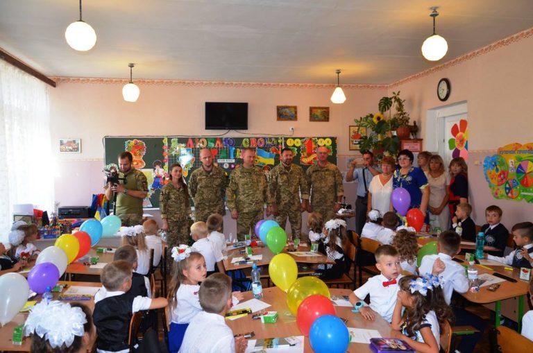Украинские военные поздравили школьников в прифронтовых населенных пунктах, фото-8