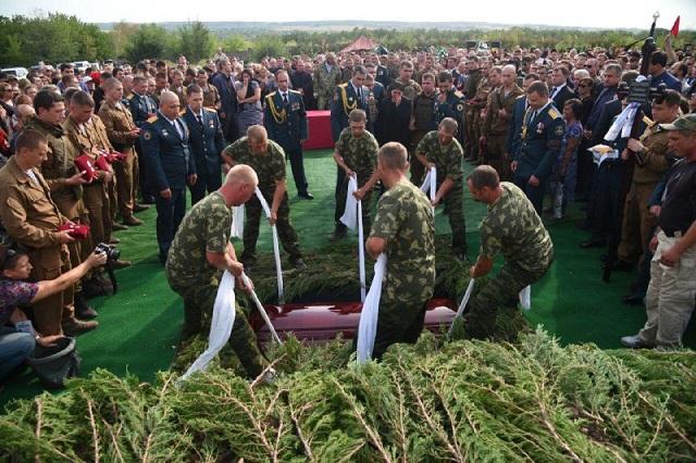 Коленопреклоненный Залдостанов и искусственный газон на кладбище — новые снимки с похорон Захарченко, фото-3