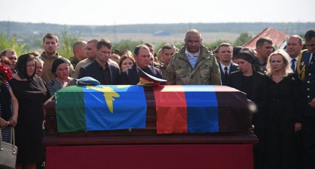 Коленопреклоненный Залдостанов и искусственный газон на кладбище — новые снимки с похорон Захарченко, фото-4