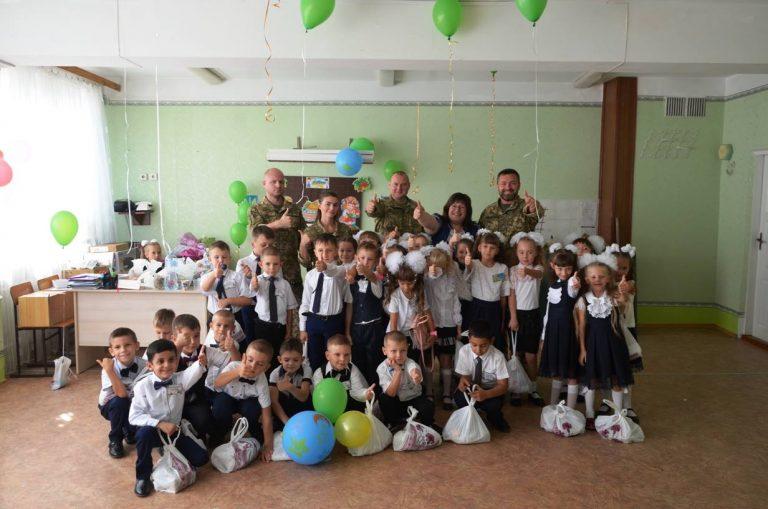 Украинские военные поздравили школьников в прифронтовых населенных пунктах, фото-7