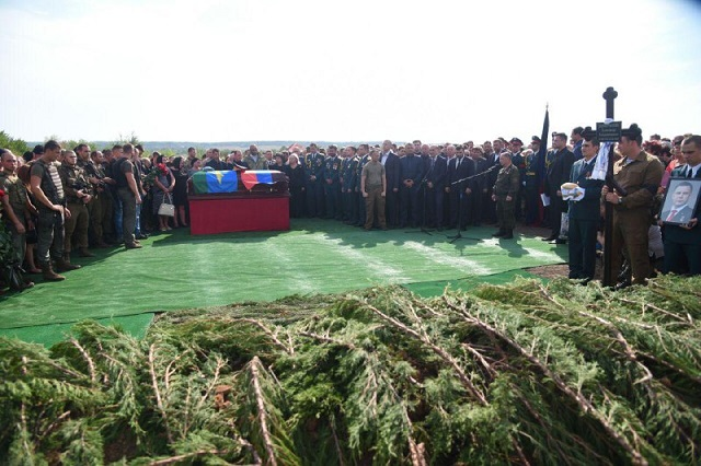 Коленопреклоненный Залдостанов и искусственный газон на кладбище — новые снимки с похорон Захарченко, фото-2
