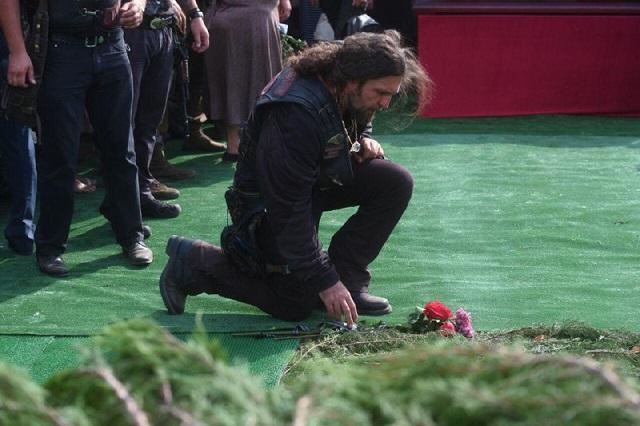 Коленопреклоненный Залдостанов и искусственный газон на кладбище — новые снимки с похорон Захарченко, фото-5
