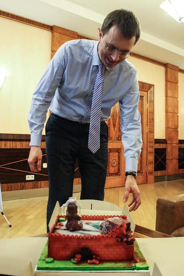 Съел звезду со Спасской башни: Омеляну подарили торт в виде руин Кремля, фото-2