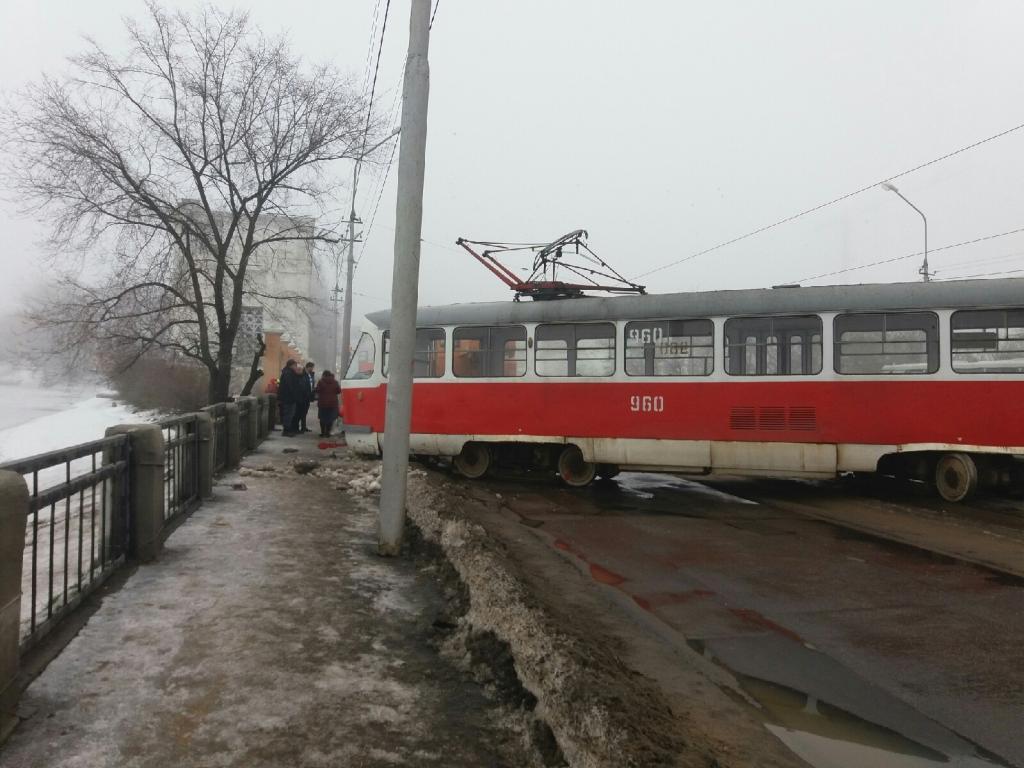 В Донецке трамвай чуть не упал с моста