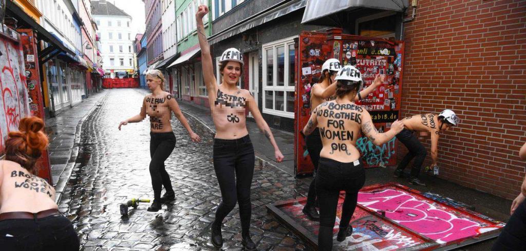 Активистки Femen провели акцию на улице красных фонарей, фото-2
