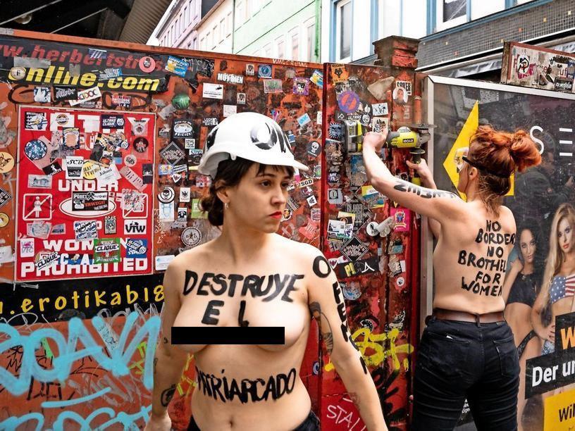 Активистки Femen провели акцию на улице красных фонарей, фото-4