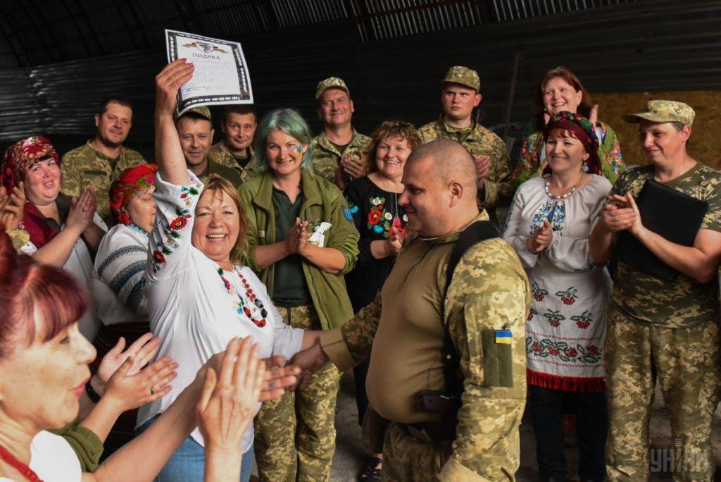 Украинские волонтеры привезли в на передовую ВСУ подарки для военных, фото-1