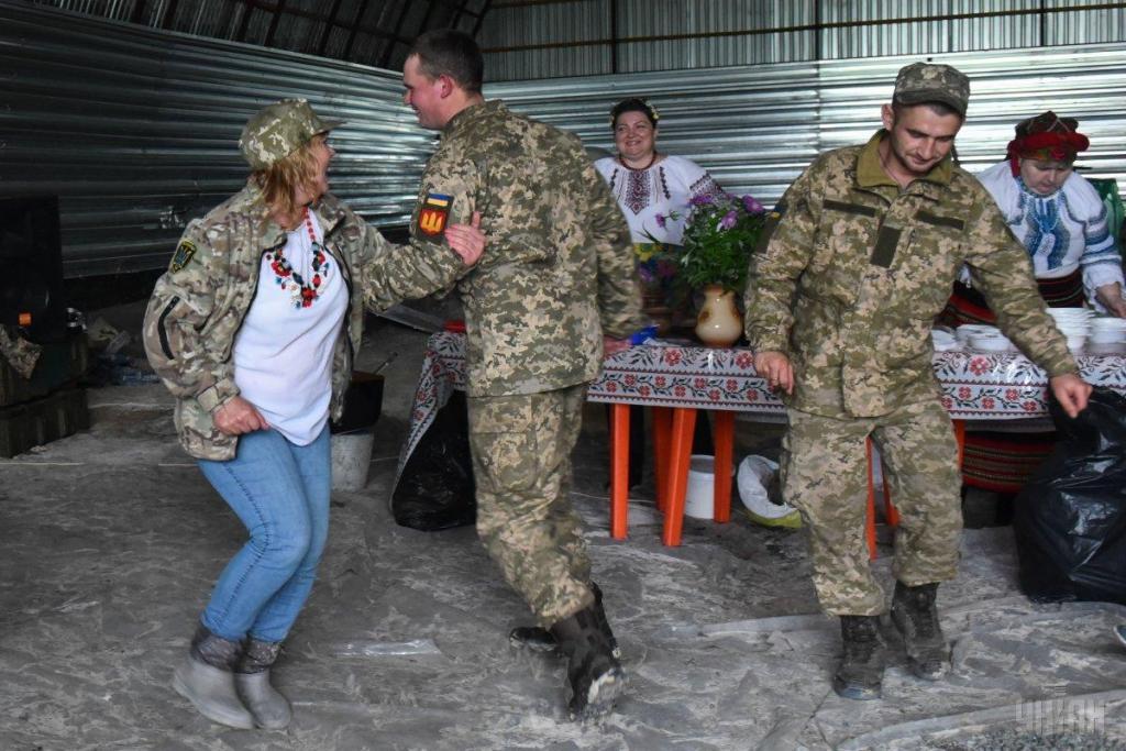 Украинские волонтеры привезли в на передовую ВСУ подарки для военных, фото-2