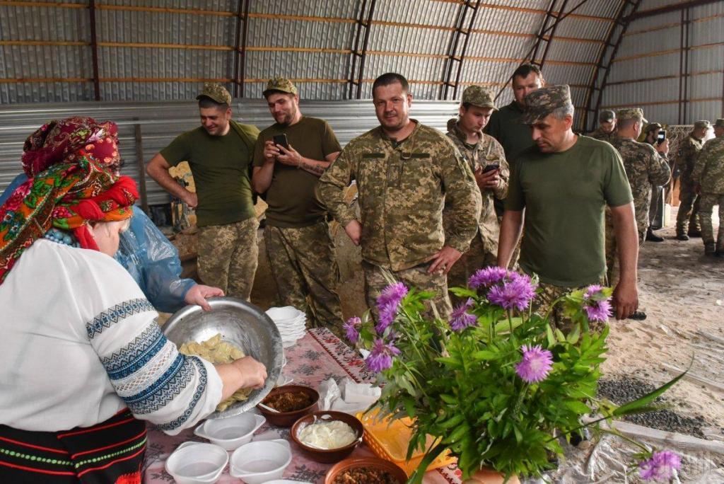 Украинские волонтеры привезли в на передовую ВСУ подарки для военных, фото-4