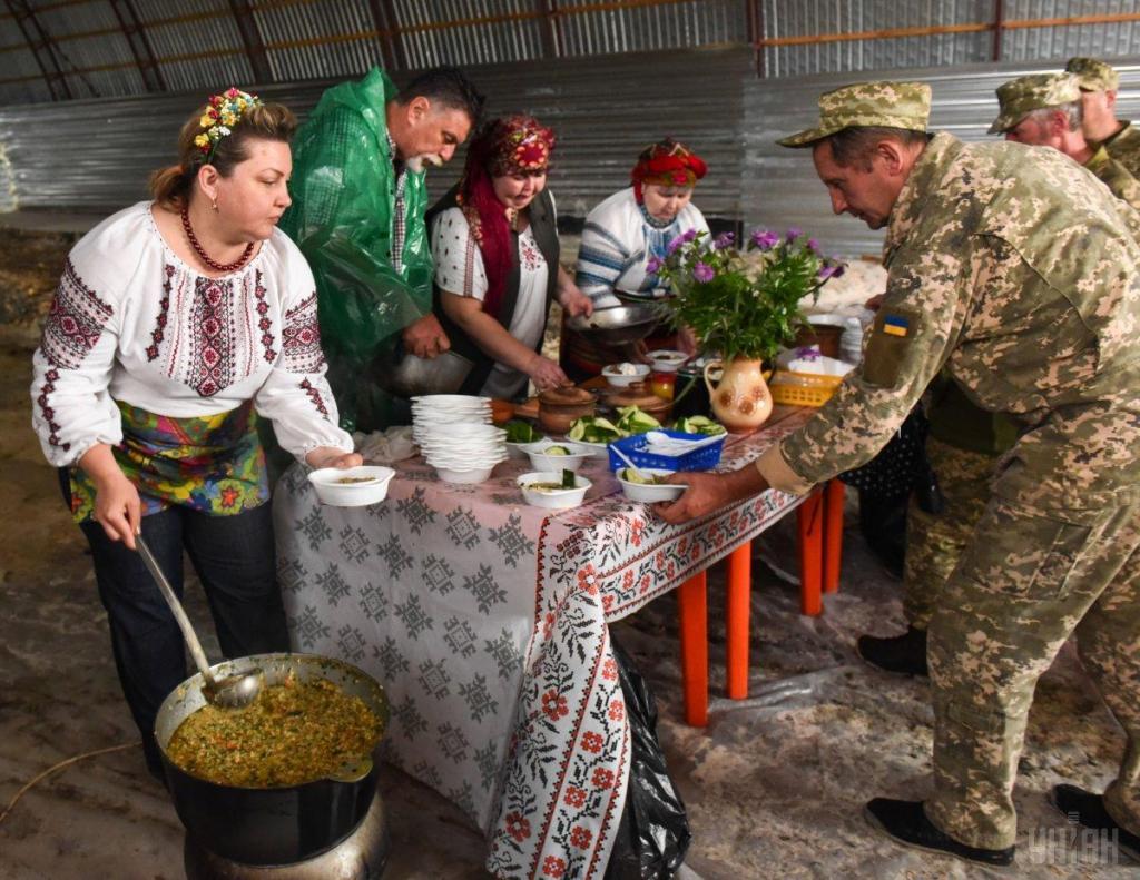 Украинские волонтеры привезли в на передовую ВСУ подарки для военных, фото-5