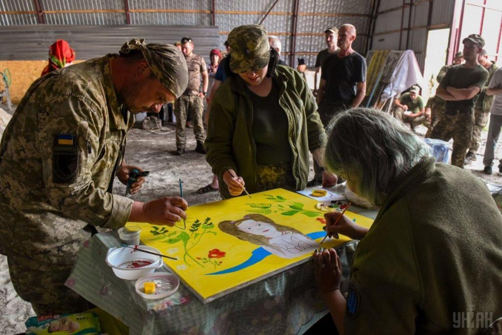 Украинские волонтеры привезли в на передовую ВСУ подарки для военных, фото-6