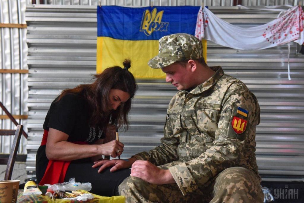 Украинские волонтеры привезли в на передовую ВСУ подарки для военных, фото-7