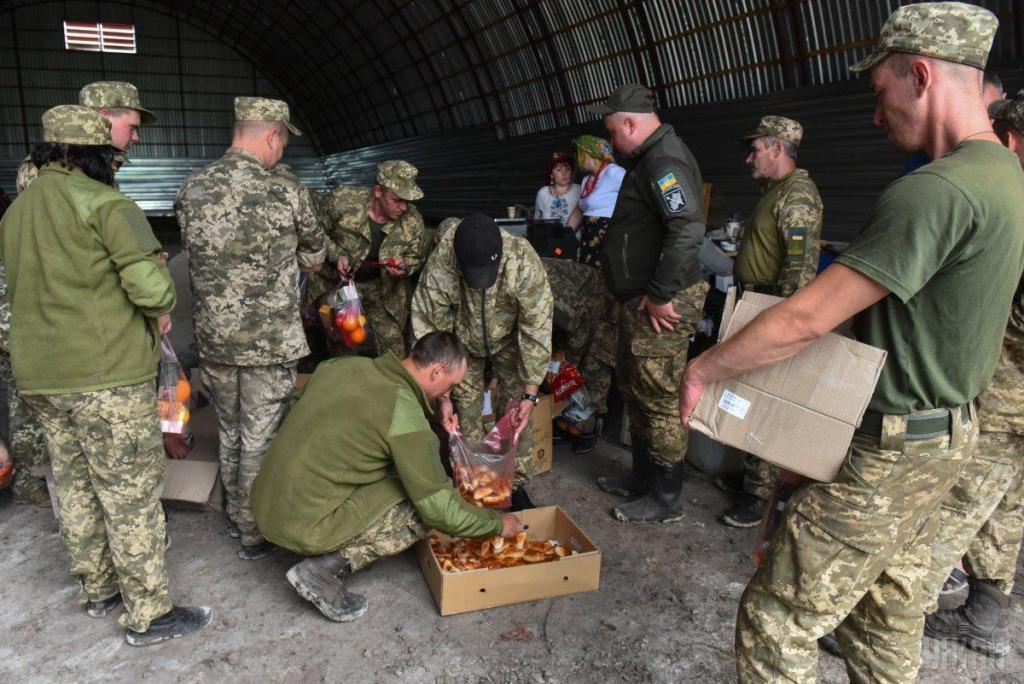 Украинские волонтеры привезли в на передовую ВСУ подарки для военных, фото-8