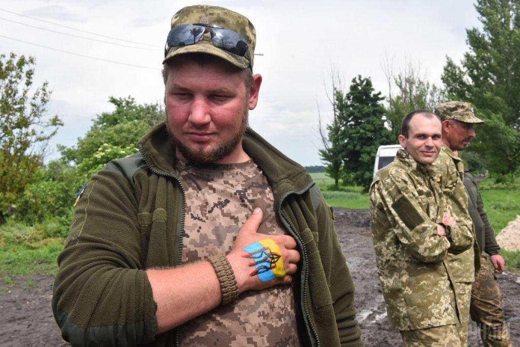 Украинские волонтеры привезли в на передовую ВСУ подарки для военных, фото-9