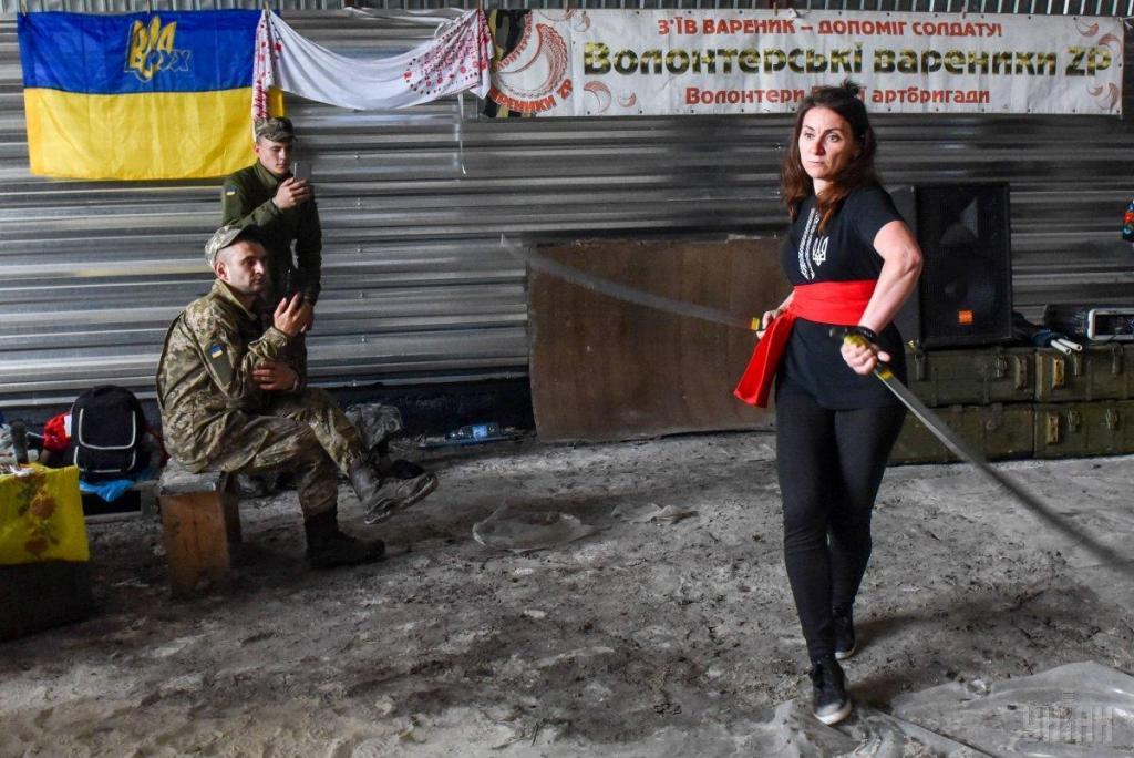 Украинские волонтеры привезли в на передовую ВСУ подарки для военных, фото-10