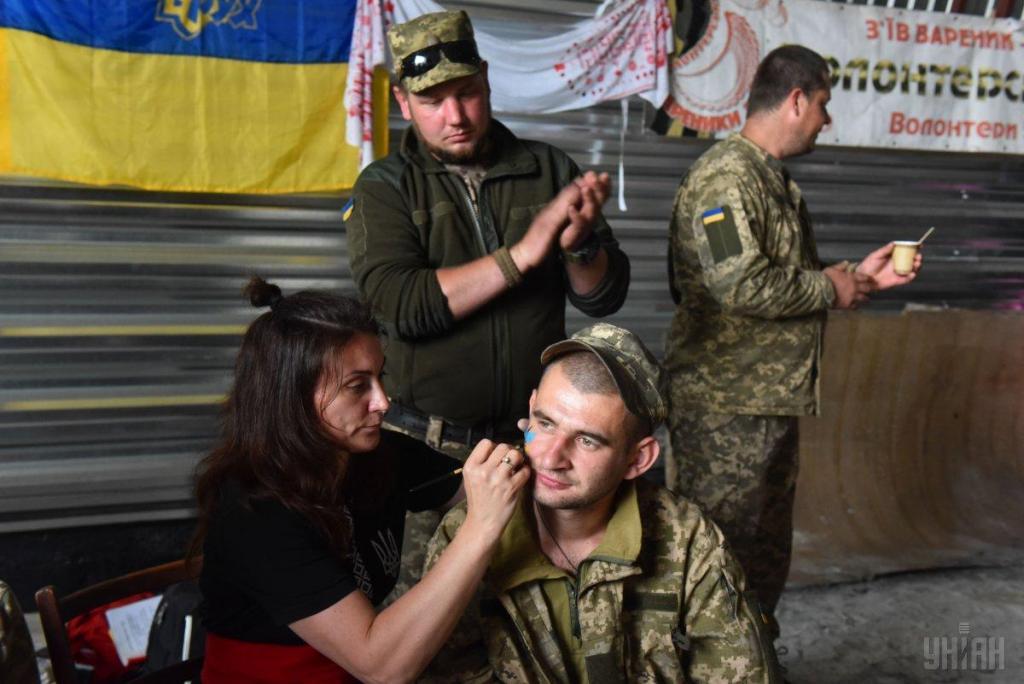 Украинские волонтеры привезли в на передовую ВСУ подарки для военных, фото-11