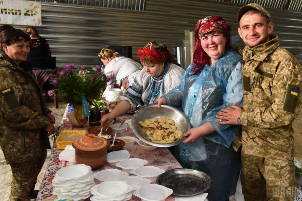 Украинские волонтеры привезли в на передовую ВСУ подарки для военных, фото-12