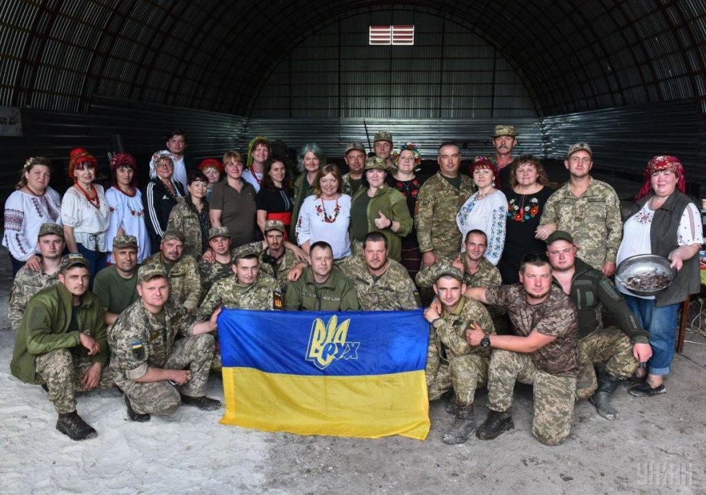 Украинские волонтеры привезли в на передовую ВСУ подарки для военных, фото-13