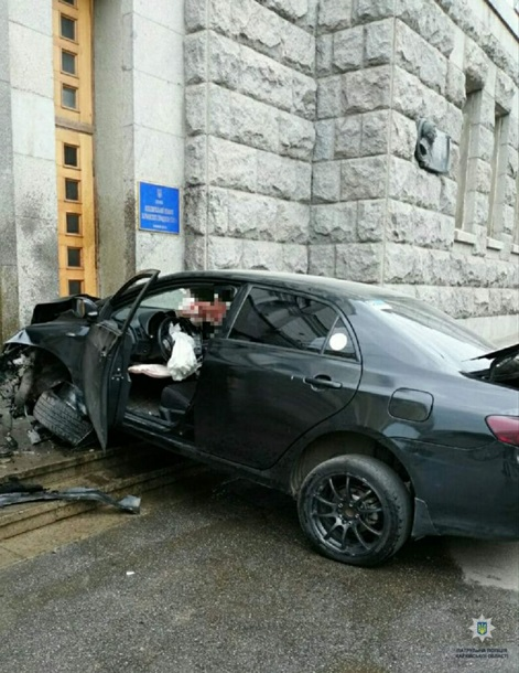 ДТП в Харькове: «Toyota» врезалась в здание горсовета, фото-2
