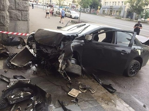 ДТП в Харькове: «Toyota» врезалась в здание горсовета, фото-4