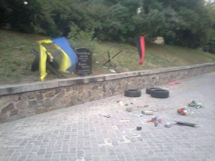 В Киеве злоумышленник разгромил мемориал героя Небесной сотни, фото-2