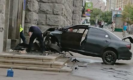ДТП в Харькове: «Toyota» врезалась в здание горсовета, фото-6