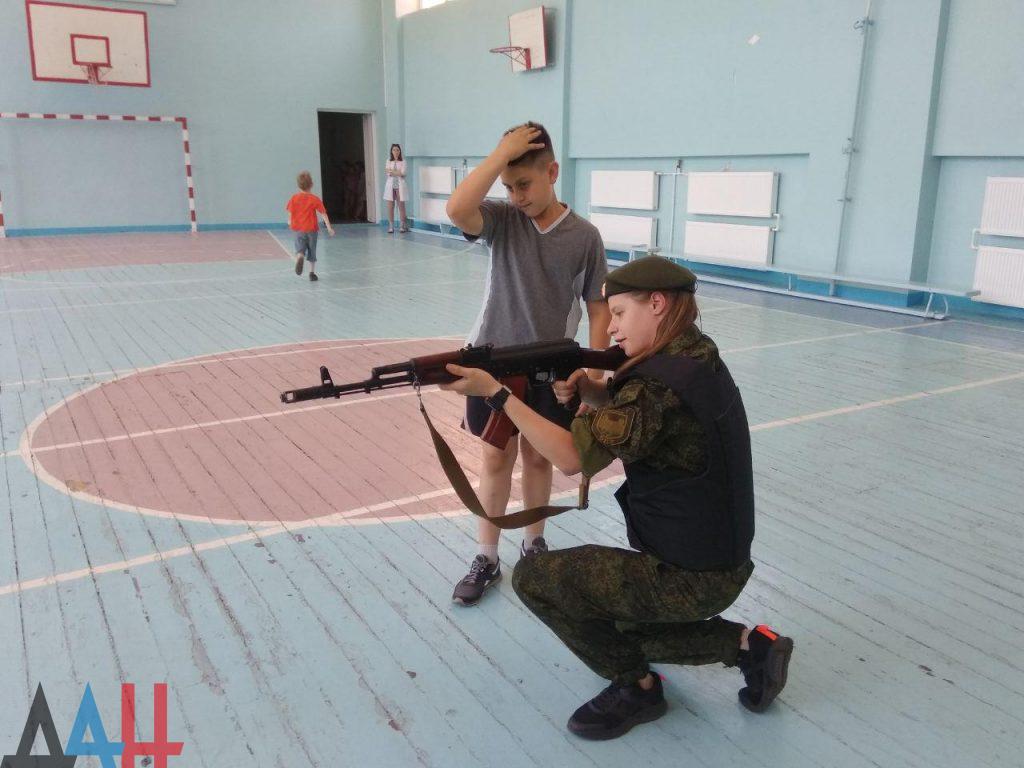 Донецкие младшеклассники познакомились ближе с оружием и боеприпасами, фото-2