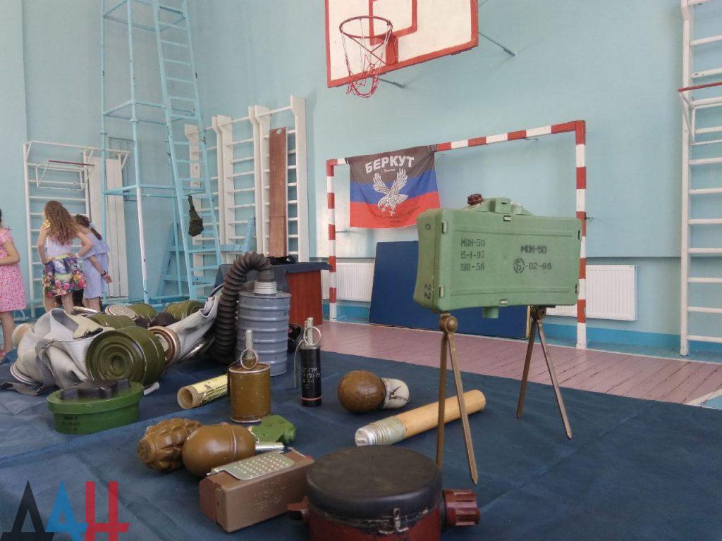 Донецкие младшеклассники познакомились ближе с оружием и боеприпасами, фото-3