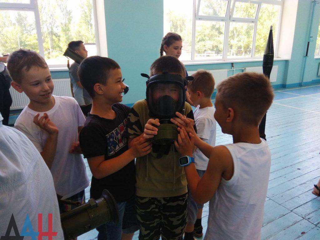 Донецкие младшеклассники познакомились ближе с оружием и боеприпасами, фото-4