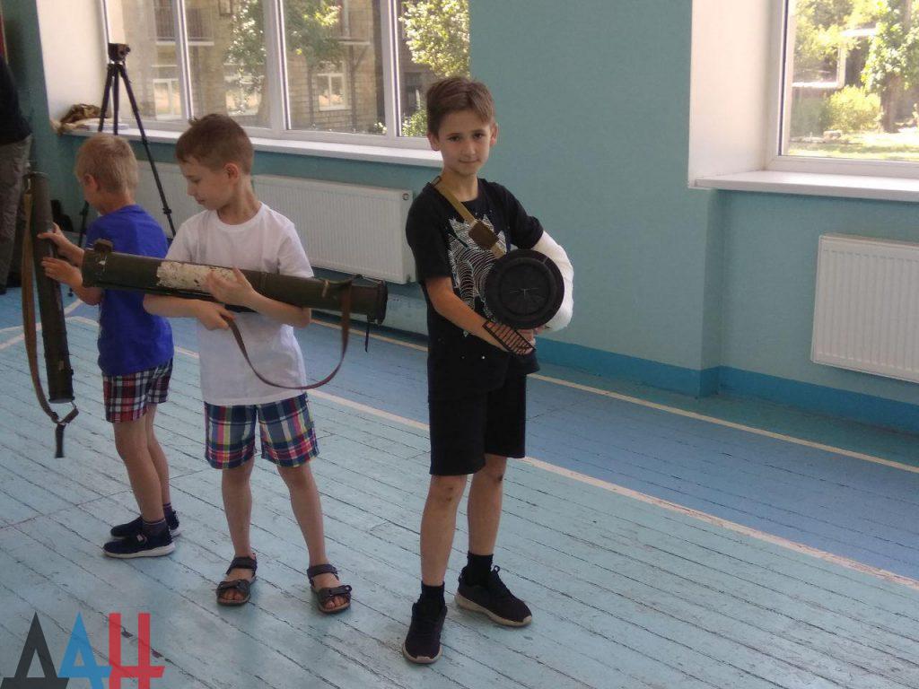 Донецкие младшеклассники познакомились ближе с оружием и боеприпасами, фото-6