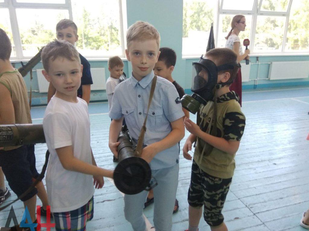 Донецкие младшеклассники познакомились ближе с оружием и боеприпасами, фото-7