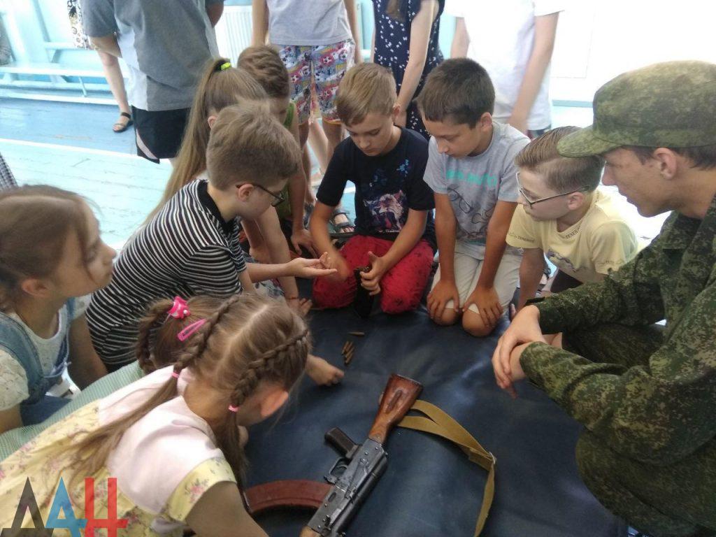 Донецкие младшеклассники познакомились ближе с оружием и боеприпасами, фото-9