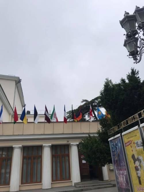 В Крыму над театром подняли украинский флаг, фото-2
